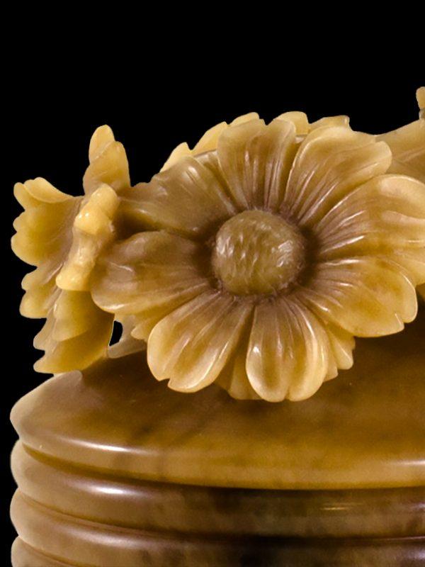 Scatola ornamentale in agata realizzata a mano, con le tecniche tradizionali della lavorazione dell'alabastro. I motivi floreali distinguono questo pezzo e rivelano il tocco femminile dell'artista