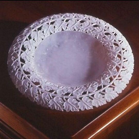 piatto_alabastro_bianco_motivi_floreali_in_rilievo_foglie_vite